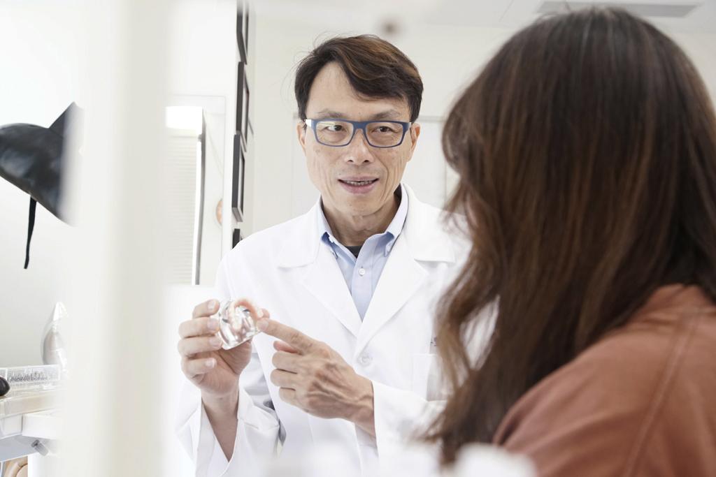 醫師說明未來人工植牙服務的趨勢